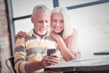 デジタル終活を終えて幸せそうなシニアカップル