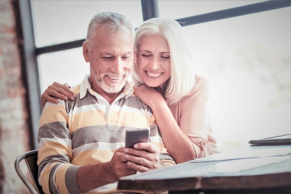 デジタル終活を完了し安心してデジタルを使うカップル