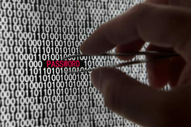 膨大なリストからパスワードを盗み出す、パスワードリスト攻撃のイメージ